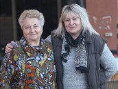 Matka s dcerou. Marie S�korov� (vlevo) a Zde�ka ��dkov� na dvo�e sodovk�rny,...