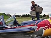 Martin Šonka připravuje svůj letoun Extro 300 SR.