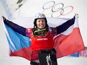 ZLATO! Eva Samková se raduje z vítězství ve finálové jízdě snowboardcrossu....