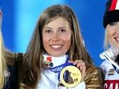 Česká snowboardkrosařka Eva Samková (uprostřed) dostala při slavnostním ceremoniálu zlatou olympijskou medaili. (16. února 2014)
