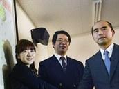 Objevitelský tým STAP buněk. Zleva Haruko Obokataová, Jošiki Sasai a Teruhiko...