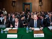 """Slyšení s odborníky na finance v americkém Senátu se zabývalo virtuálními měnami, především Bitcoinem, v listopadu 2013. Pozice Spojených států je zatím pro Bitcoin neutrální, mírně příznivá - legálně jde nikoli o měnu, ale o """"peněžní službu""""."""