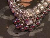 Dara Rolins a její náhrdelník s lebkou uprostřed