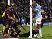 ZÁVAR. Barcelonský gólman Victor Valdés chytá míč kousek před brankovou čarou.