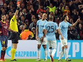 KONEČNÁ. Martin Demichelis z Manchesteru City (vpravo) dostává červenou kartu