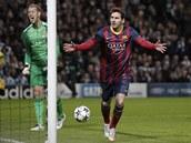 VZTEK A RADOST. Barcelonský Lionel Messi právě z penalty překonal Joea Harta,