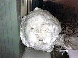 Sněhová koule měla vskutku obří rozměry.
