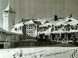 """Meziválečný snímek Klínovec. V """"ledovém královstí"""" se mohlo ubytovat více než..."""