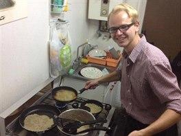 Hrdý autor smažící bramboráky pro tři Chilany, Polku, Čecha a dva Quebečany....