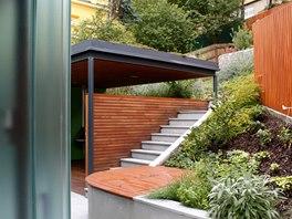 Pro zábradlí horní terasy a zasklení zádveří zvolil architekt tradiční