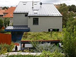 Pohled z nejvyššího místa svažitého pozemku (návrh zahrady je od společnosti