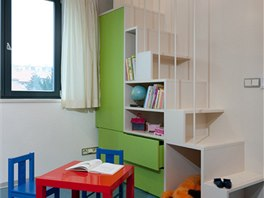 Dětský pokoj je plný hravých prvků i barev. Zdroj: www.mujdum.cz