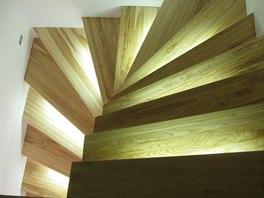 Jasanové schodiště s osvětlením bylo efektní, ale bez zábradlí doslova