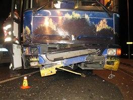 Řidič felicie zřejmě nedal přednost autobusu jedoucímu po hlavní silnici. Ten...