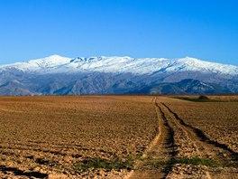 Pohled na zasněžený hřeben Sierry Nevady z vnitrozemí