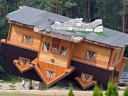 """Dům postavený """"vzhůru nohama"""" stojí v Polsku v malé vesničce Szymbark, která..."""