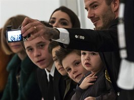 David Beckham s d�tmi na newyorsk�m t�dnu m�dy na p�ehl�dce Victorie Beckhamov�...