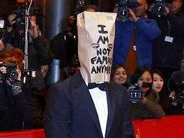 Shia LaBeouf dorazil na premiéru Nymfomanky s papírovým pytlem na hlavě (Berlín, 9. února 2014).
