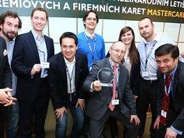 Při přebírání ocenění MasterCard za nejlepší komerční produkt 2013, zleva: Miroslav Lukeš (MasterCard Europe), moderátor, a Expensa tým – Martin Prokeš, Patrik Tjokorda, Martin Prunner, Adam Blecha, Blanka Rumplíková, Michal Diviš, Jan Urban.