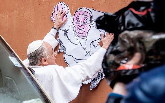 Upjatý rozhodně není. Papež František a vatikánské supermanovské graffiti od...