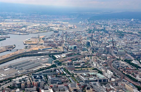 Přístavní doky, loděnice a překladiště na Labi vHamburku byly kromě továren ve městě a okolí hlavními cíly bombardování. Přístav má celkovou rozlohu asi 75 km2.