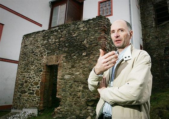 Ivo Kraml opravuje od roku 1997 svou část zámecké přístavby tvrze v Dobrši z...