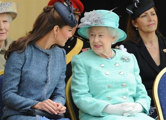 Kate je poslušná žákyně a ráda si nechá od královny poradit.