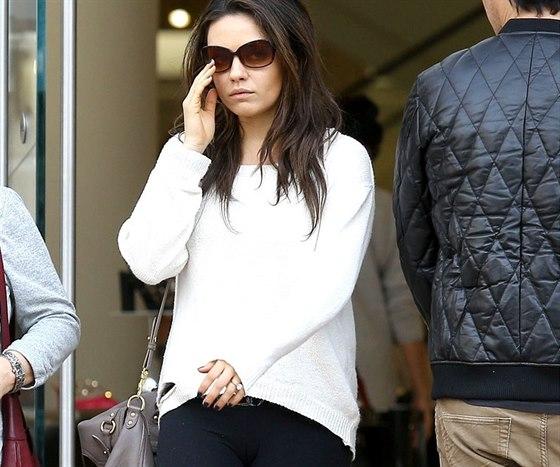 Mila Kunisová nosí zásnubní prsten.