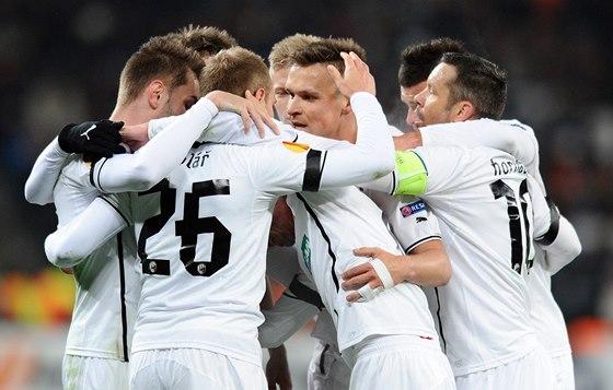 Plzeňští fotbalisté se radují z gólu v zápase Evropské ligy proti Šachtaru