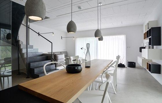 Obytný prostor je maximálně volný, s minimem nábytku.