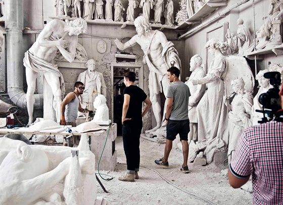Z carrarského mramoru, který v Itálii osobně vybírali, vytvořili designéři