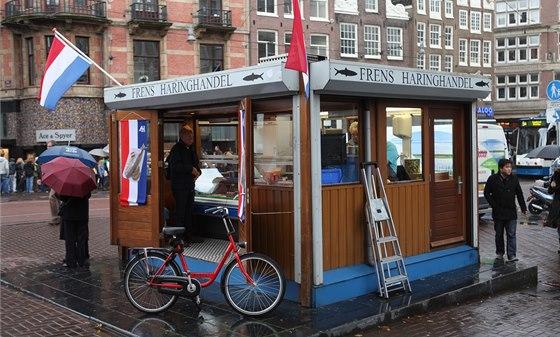 Holandská realita: kolo, deštník a stánek rychlého občerstvení s nakládanými