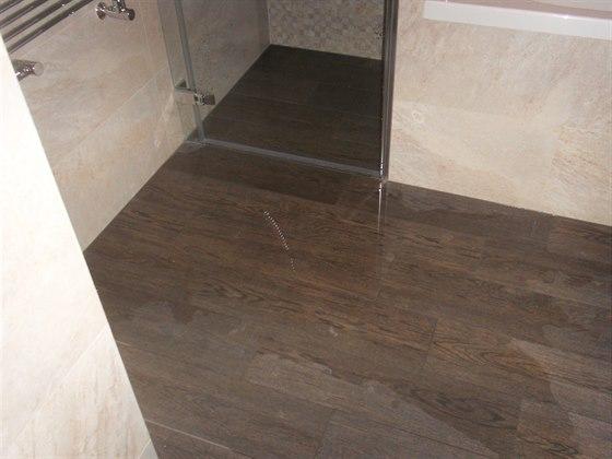 Při testu sprchového koutu teče voda do prostor koupelny mimo sprchový kout.