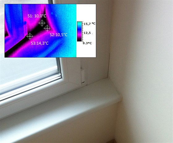 Okno s rozšířeným profilem při termovizním pohledu. Na hranách profilu a části...