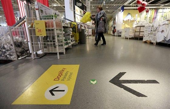 Nakupování v IKEA je jednoduché: vedou vás výrazné šipky na podlaze a po nich...