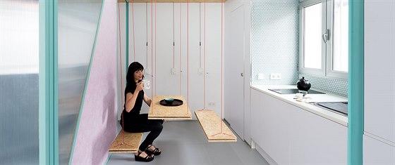 Strop a stěny skrývají kladkou ovládané nábytkové moduly.