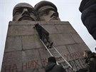 Ukrajinci píší sprejem na pomník KGB v Kyjevě (24. února 2014)