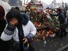 Ukrajinci kladou květiny na kyjevské barikády (24. února 2014)