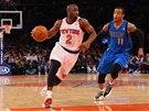 �to�� Raymond Felton z t�mu New York Knicks (vlevo), nahan� ho Monta Ellis z