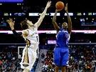 VELK� SNAHA OD OBOU. St��l� Jamal Crawford z Los Angeles Clippers, blokuje Luke