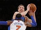 Dirk Nowitzki se chyst� ke st�ele, Carmelo Anthony u� mu v tom nezabr�n�.