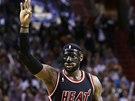 Tohle bylo za tři body, ukazuje LeBron James z Miami při utkání proti New York