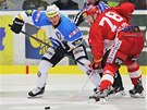 BULY. Plze�sk� hokejista Martin Straka soupe�� se sl�vistou Luk�em �ejdlem.