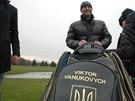 Lidé si zkoušeli Janukovyčovy osobní golfové hole. Celé sobotní odpoledne hráli...