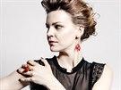 Hedvábné šaty, Marie Mukařovská, 10 700 Kč. Prsteny, Eva Růžičková, od 2 500 Kč/ks. Náušnice, Vlum, 1 350 Kč. Vše prodává Kurator.