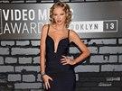 Zpěvačka Taylor Swiftová je v dlouhých šatech jako doma. Aby nepůsobily usedle,...