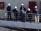 Kapitán ztroskotané lodi Francesco Schettino (bez helmy) se ve čvrtek poprvé od...