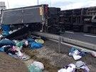 Kamion plný oděvů se převrátil na 76. kilometru silnice R1 u Modletic a...