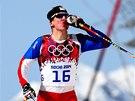 Luk� Bauer se ob�erstvuje b�hem olympijsk�ho z�vodu na 50 km s hromadn�m
