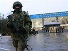 Padesát ozbrojenců se v noci zmocnilo mezinárodního letiště v Simferopolu. Po...